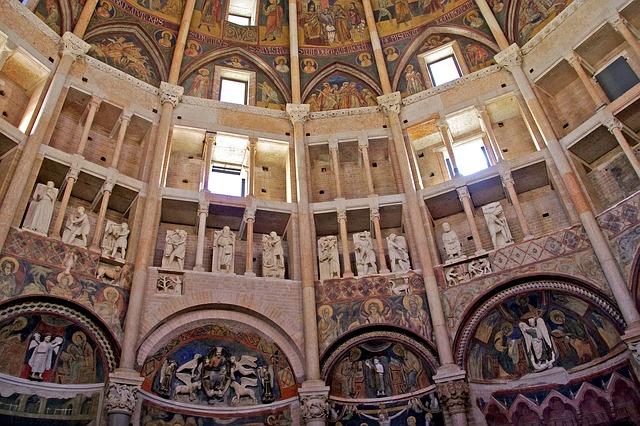 interior do batistério de Parma