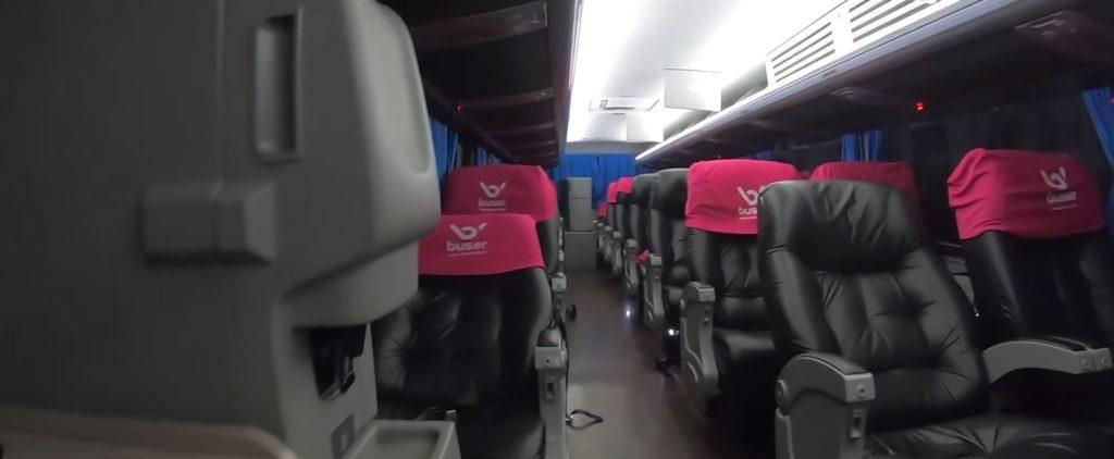 interior do ônibus buser